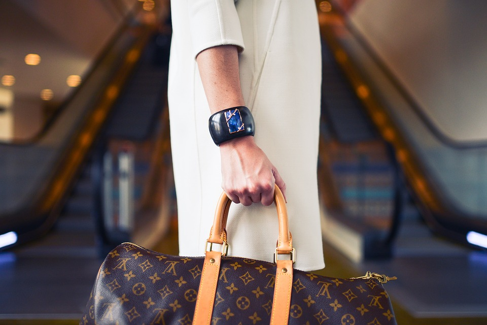 Mujer sofisticada con un bolso marrón louis vuitton