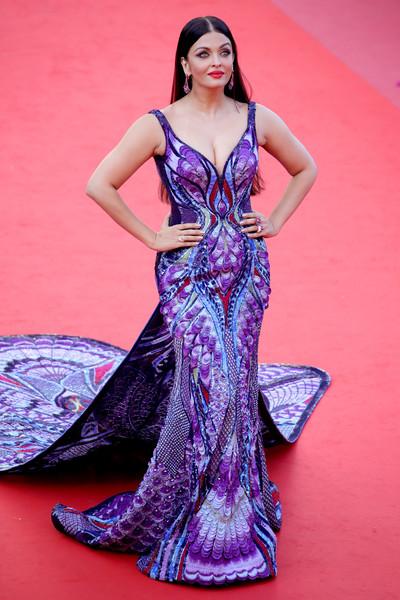 Inspírate para los looks de vestidos de fiesta con Aishwarya Rai Bachchan - vestido fiesta estampado con cola