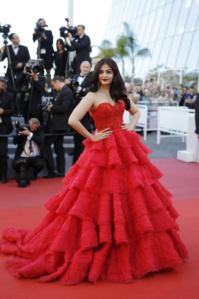 Inspírate para los looks de vestidos de fiesta con Aishwarya Rai Bachchan - vestido fiesta rojo con volantes