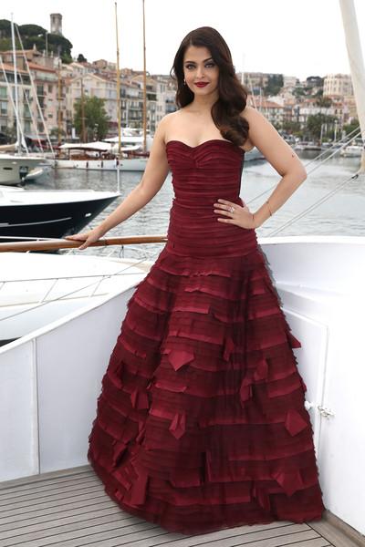 Inspírate para los looks de vestidos de fiesta con Aishwarya Rai Bachchan - vestido fiesta granate