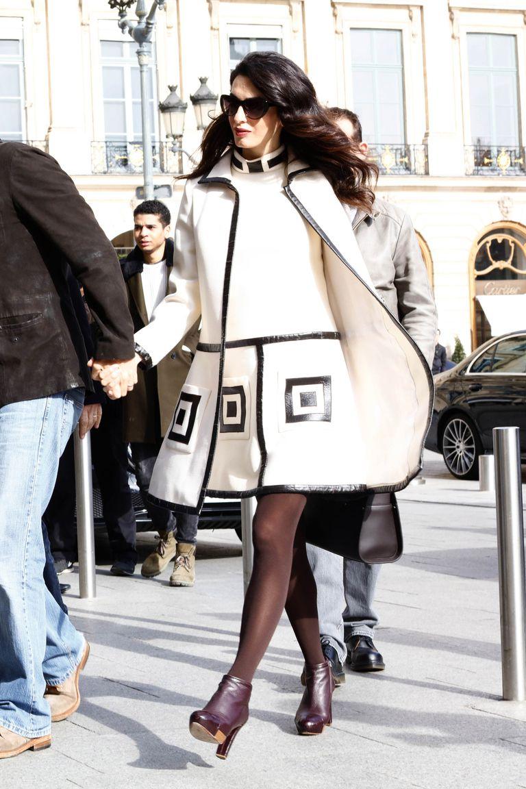 Copia los mejores estilismos de Amal Clooney - abrigo blanco bicolor