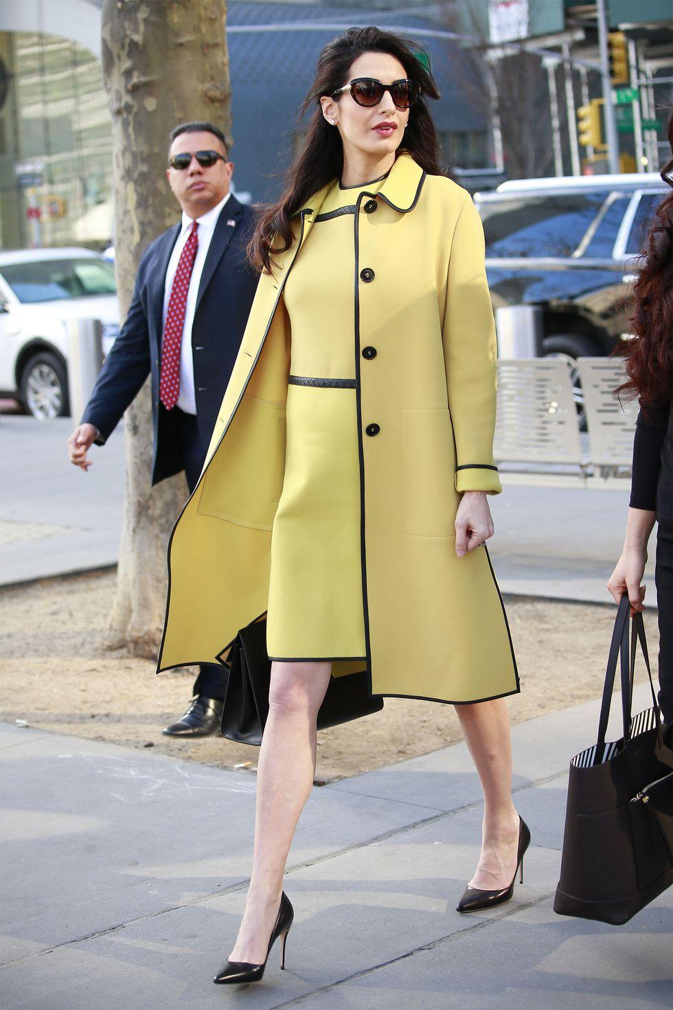 Copia los mejores estilismos de Amal Clooney - abrigo amarillo