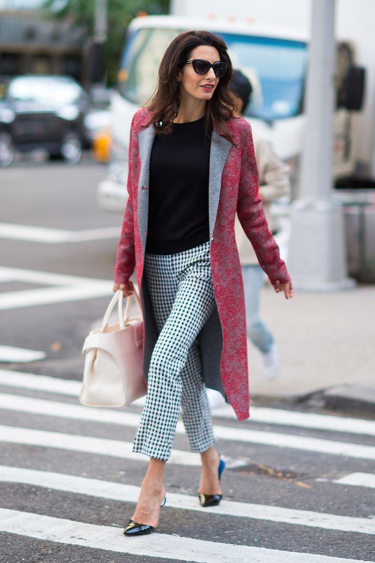 Copia los mejores estilismos de Amal Clooney - abrigo rosa