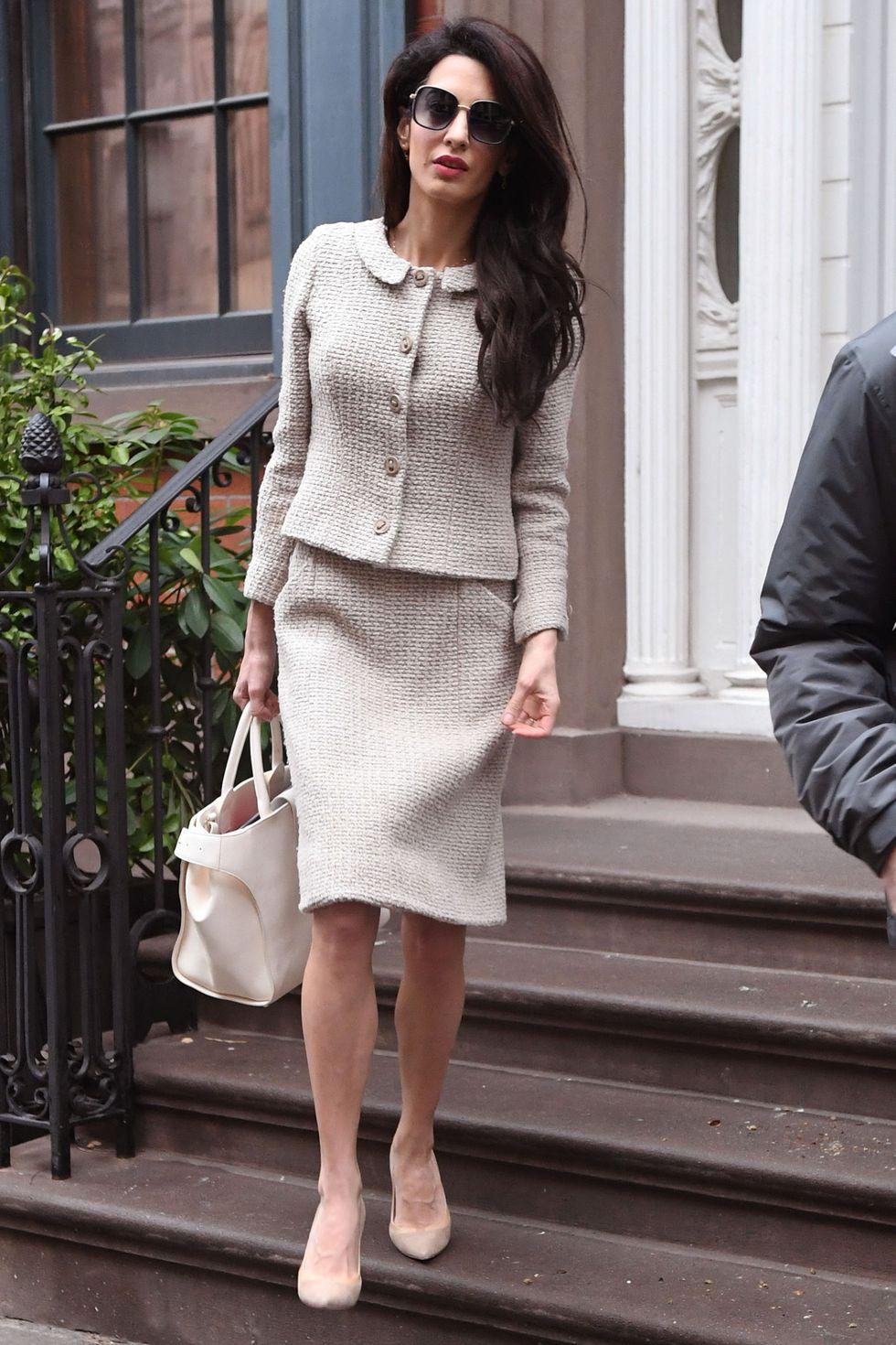 Copia los mejores estilismos de Amal Clooney - traje estilo chanel