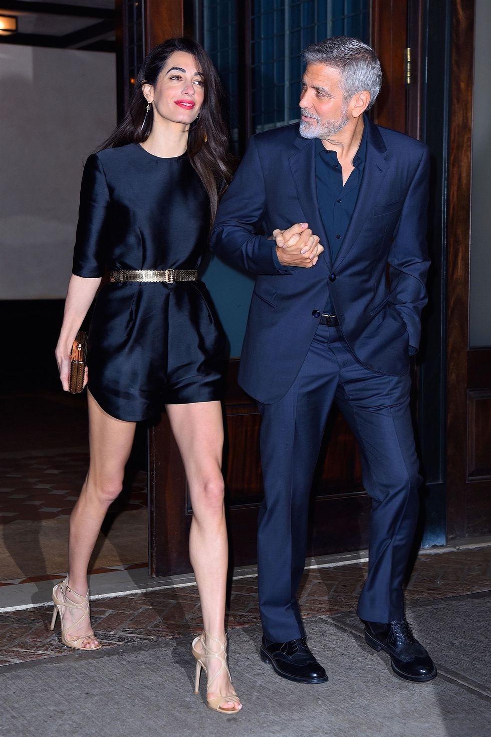 Copia los mejores estilismos de Amal Clooney - mono negro con sandalias jimmy choo