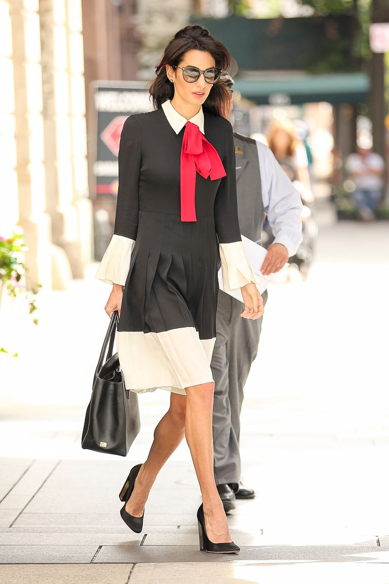 Copia los mejores estilismos de Amal Clooney - vestido naif con lazo