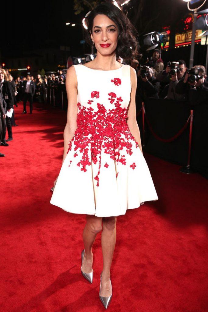 Copia los mejores estilismos de Amal Clooney - vestido blanco con pétalos de flores rojas