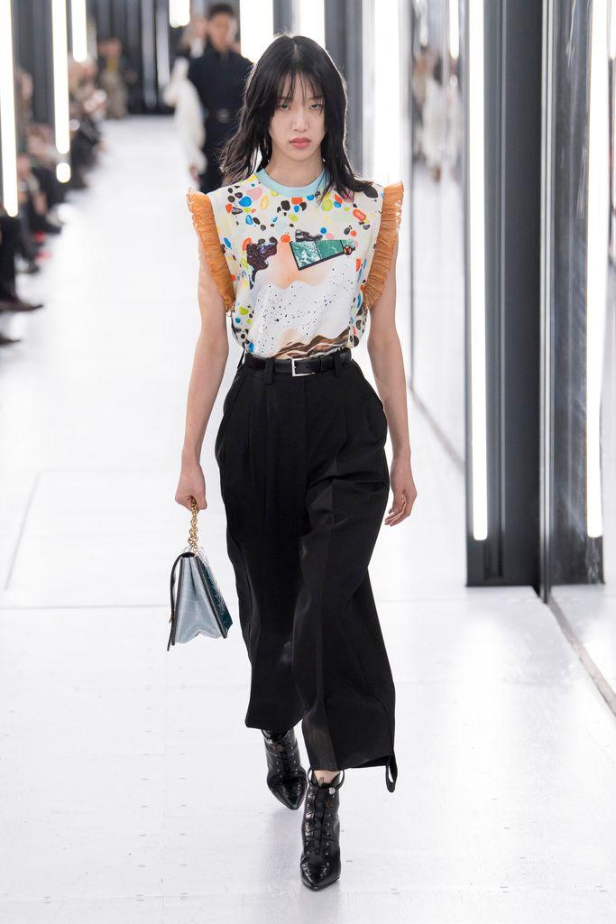 Primavera-verano 2019 Louis Vuitton - pantalon negro con blusa colores