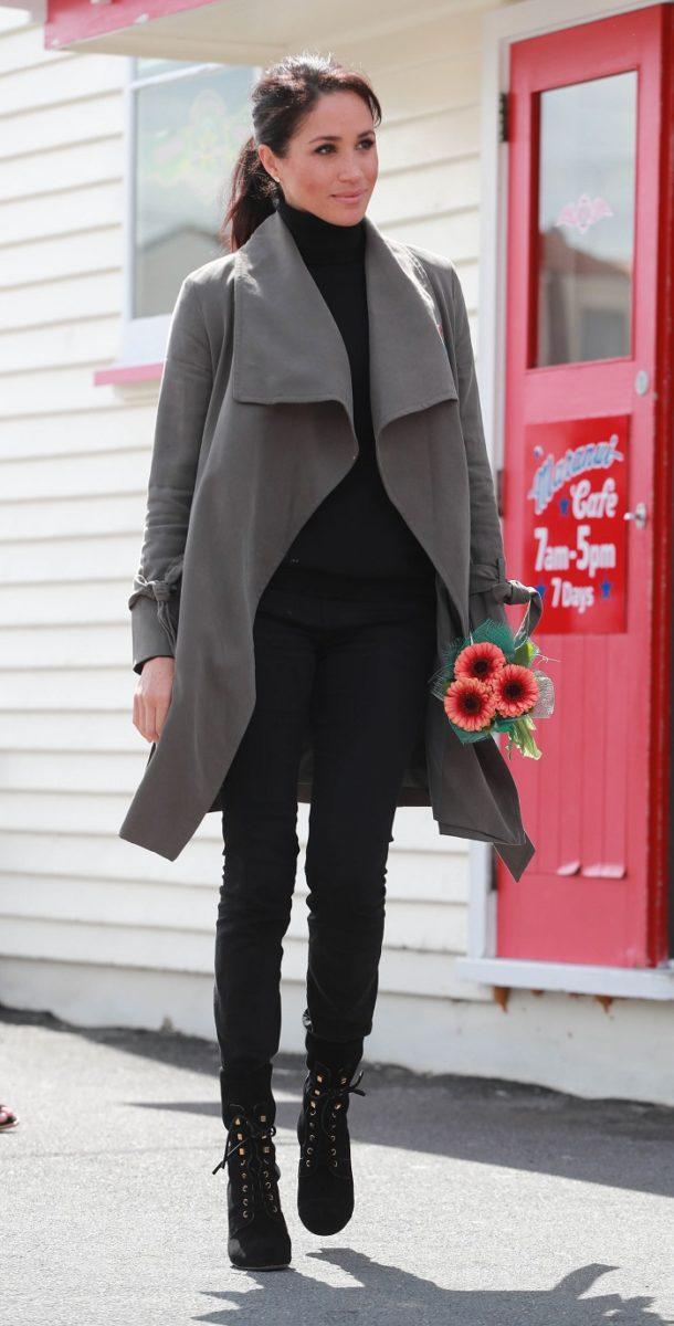 Looks Meghan Markle 2018 que todas queremos imitar -outfit negro conabrigo gris